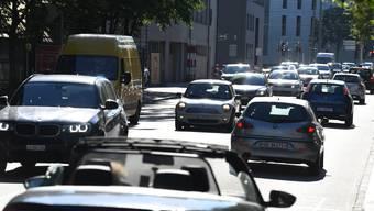 Und plötzlich wieder überall Autos: Aufnahme der Basler Nauenstrasse zur Feierabendzeit.