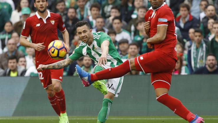 Kein Flamenco sondern Fussball-Derby: Betis-Castro im Duell mit Sevilla-Mercado (rechts)