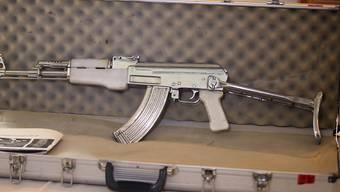 Auch eine Kalaschnikow hatte der Drogenhändler zu Hause in seiner Waffensammlung (Symbolbild einer AK-47).