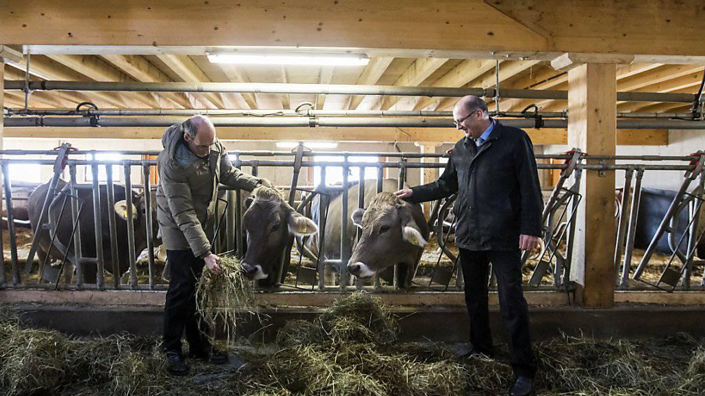 Markus Ritter (rechts), CVP-Nationalrat und Präsident des Schweizer Bauernverbandes (SBV), in seinem Element. Auf den angeblichen Durchbruch zu einem Freihandelsabkommen mit den USA reagierte er am Freitag zurückhaltend. (Archivbild)