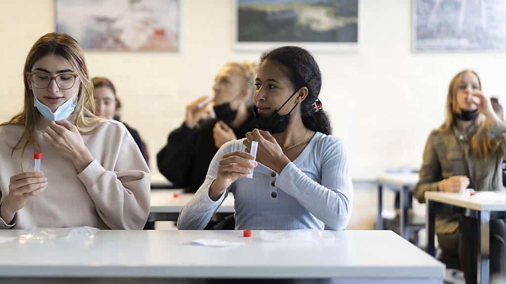 Im Gegensatz zu den individuellen PCR-Tests, werden die Kosten für die Massentests an Schulen auch nach dem 1. Oktober noch vom Bund übernommen.