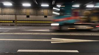 Muss er bald über ein unfallverminderndes Assistenzsystem verfügen? Ein Lastwagen unterwegs im Gotthard-Strassentunnel.  (Symbolbild)
