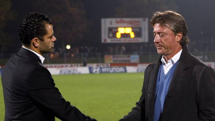 2008 bis 2009 amtet Schällibaum in Bellinzona. Hier schüttelt er dem damaligen St. Gallen-Trainer Uli Forte die Hand.