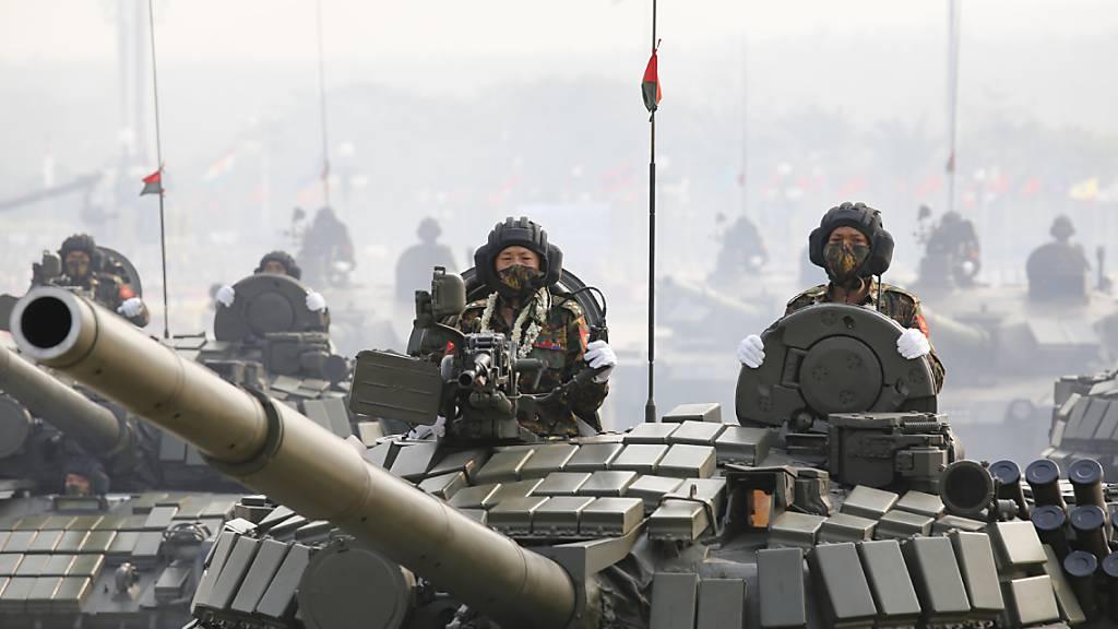 Militäreinheiten bei einer Parade an Myanmars «Tag der Streitkräfte» am vergangenen Samstag. Foto: -/AP/dpa