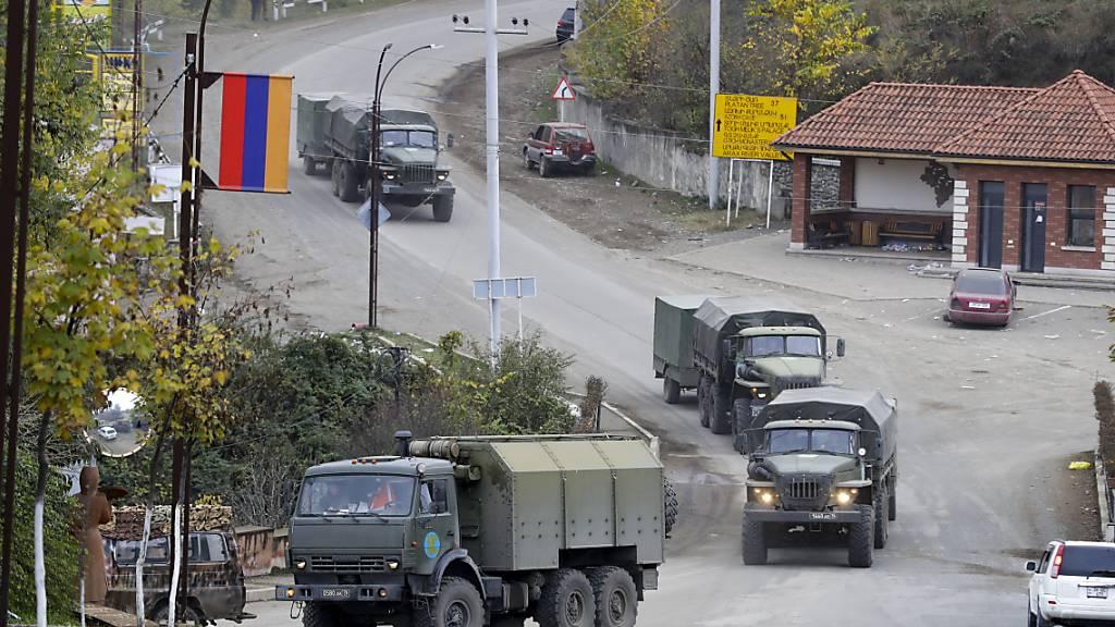 Auf dem Rückweg: Anfang der Woche haben sich Armenien und Aserbaidschan unter Vermittlung Russlands nach mehreren Wochen heftiger Kämpfe auf das Abkommen zum Ende aller Kampfhandlungen verständigt. Foto: Sergei Grits/AP/dpa
