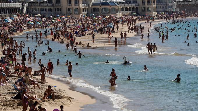 Der Strand von Donostia (San Sebastian) war am Mittwoch gut besucht. Wer von hier in die Schweiz zurück will, der muss sich ab Samstag zehn Tage abschotten.