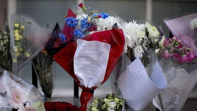 Nach dem Suizid der Kankenschwester brachten viele Menschen Blumen zum Londoner Spital, wo sie gearbeitet hat Archiv)
