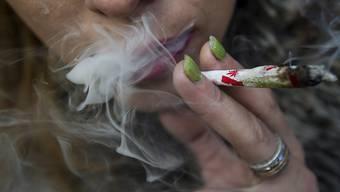 Mit Cannabis wird in der Schweiz weniger Umsatz generiert als mit Kokain. Das zeigt eine Studie zum Kanton Waadt. (Themenbild)