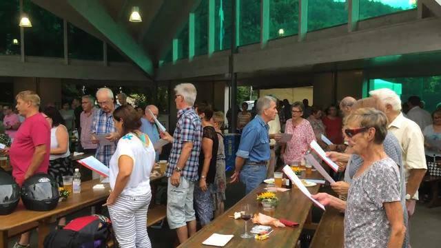 Die Bad Zurzacherinnen und Zurzacher beim singen des Schweizerpsalms.