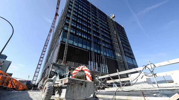 Von aussen sieht der FHNW-Neubau schon weit fortgeschritten aus ...
