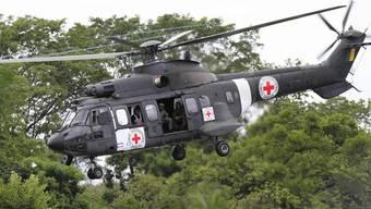 Ein IKRK-Helikopter auf dem Weg zum Uebergabeort