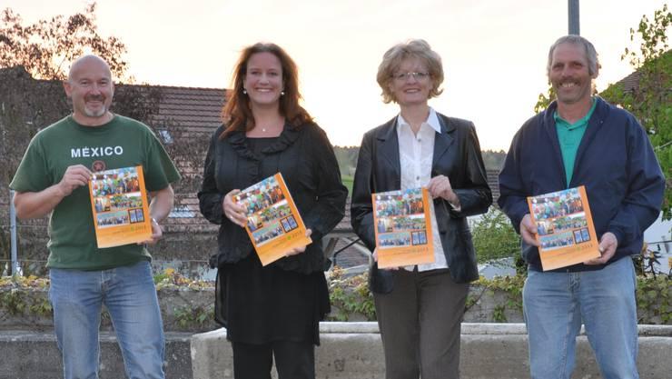 Andi Graf, Silke Eisel, Daniela Müller und Ruedi Birri (v.l.) präsentieren die neue Dorfchronik.