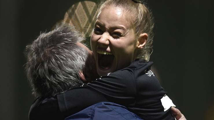 Lara Zürcher freut sich über ihren direkt verwandelten Corner für den FC Aarau.