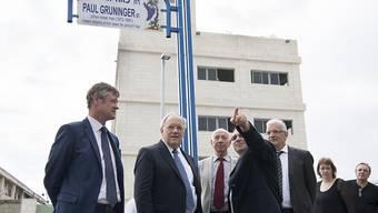 Jean-Daniel Ruch, Schweizer Botschafter in Israel (links), und Bundesrat Johann Schneider-Ammann bei der Einweihung der Paul Grüninger Strasse. (KEYSTONE/Anthony Anex)