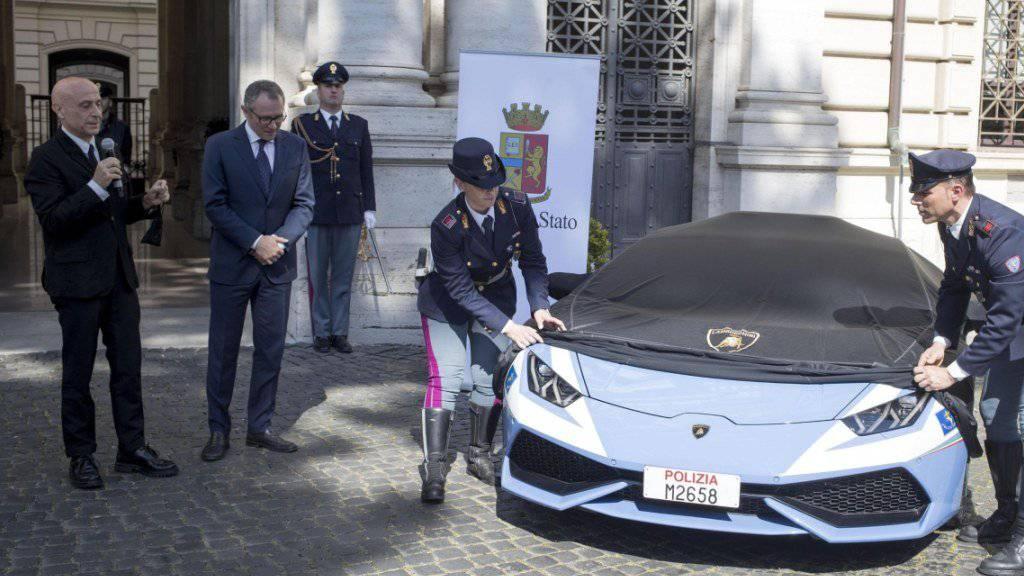 Italiens Innenminister Marco Minniti (links) und der Lamborghini-CEO Stefano Domenicali wohnen der Enthüllung des geschenkten Lamborghini Huracans bei, den die Polizei in Rom künftig fährt.