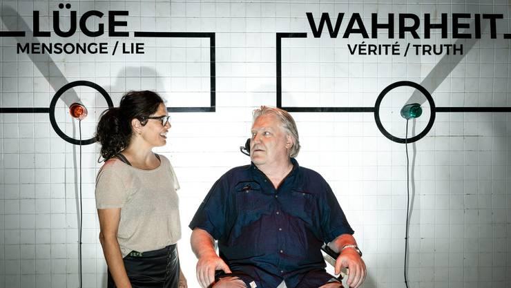 Nur mit Lügendetektor: Sibylle Lichtensteiger und Max Dohner im Gespräch über die Wahrheit im Journalismus. Bild: Chris Iseli (Stapferhaus Lenzburg, 19. Juni 2019 )