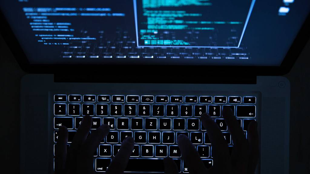 Immer wieder kommt es zu Cyberangriffen auf kritische Infrastrukturen. Der Bundesrat sieht Handlungsbedarf. (Symbolbild)