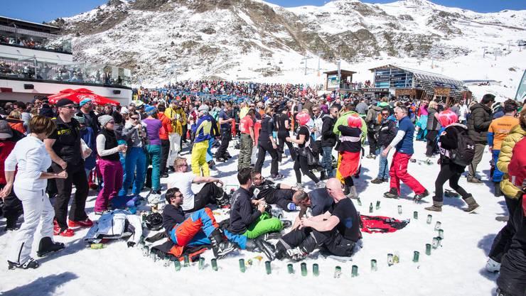 Zu solchen Menschenansammlungen soll es in Ischgl in dieser Saison nicht kommen. Deshalb gilt: Skifahren, ja; Bewirtung und Beherbergung, nein.