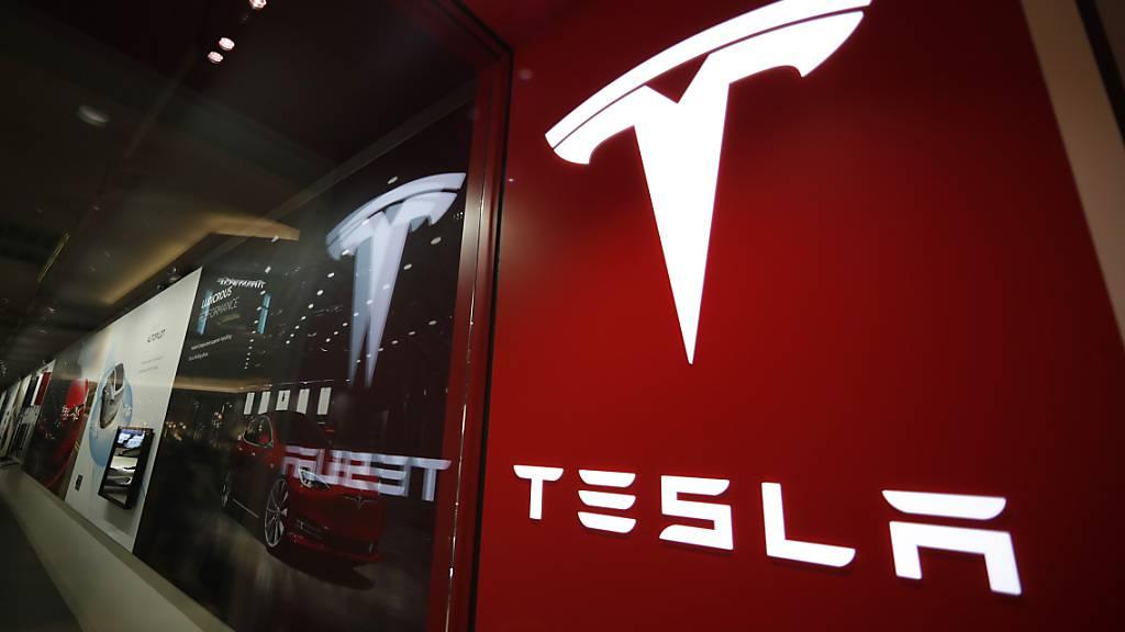 Nach dem Zwischenfall bei der Autoshow in Shanghai steigt in China der Druck auf Tesla. Die chinesische Marktaufsicht forderte den US-Elektroautobauer auf, eine höhere Qualität bei seinen Fahrzeugen zu bieten. (Archivbild)