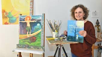 Cornelia Kaufmann daheim in ihrem Atelier, wo auch die Bilder zu den Kinderbüchern wie jenes von «Irina und die Mondfrau» entstehen.
