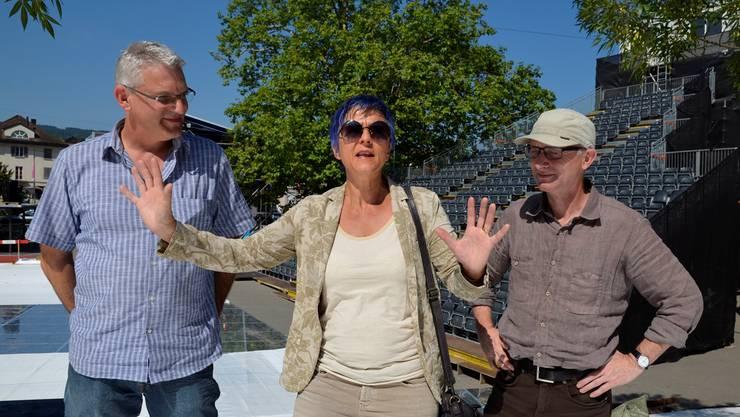 Regisseurin Barbara Schlumpf mit Autor Peter Steinmann (rechts) und Theatermusiker Jimmy Gmür im Klosterhof.ES