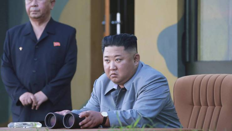 Der Diktator Nordkoreas Kim Jong Un (Bildmitte) hat den fünften Waffentest innerhalb weniger Tage erneut persönlich mitverfolgt und sich anschliessend zufrieden über die Ergebnisse gezeigt.