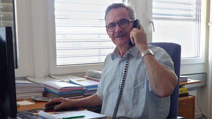 Der Bündner Agronom Hansruedi Lareida betreut seit fünf Wochen das neu initiierte Notfalltelefon des Zürcher Bauernverbandes (ZBV). Er steht schon seit vielen Jahren im Dienst des ZBV und hat sich insbesondere auf betriebswirtschaftliche Fragen spezialisiert. «Herr Lareida ist mit der Zürcher Landwirtschaft vertraut, kennt die Sorgen und Nöte der Bauern sehr genau und verfügt über eine hohe Sozialkompetenz», sagt ZBV-Geschäftsführer Ferdi Hodel. Das Notfalltelefon richtet sich an alle Bäuerinnen und Bauern im Kanton Zürich. Sie erhalten die Möglichkeit, ihre Probleme jederzeit mit jemandem zu besprechen. (tm)