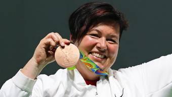 Stolz präsentiert Heidi Diethelm Gerber bei der Medaillenzeremonie ihre bronzene Auszeichnung.Keystone