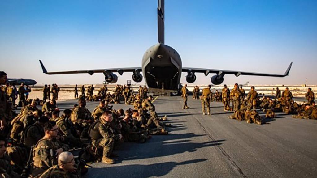 HANDOUT - US-Marines warten auf dem Luftwaffenstützpunkt Al Udeied in Katar auf ihren Flug nach Kabul. Nach Berichten über schlechte hygienische Zustände auf dem Militärflugplatz nahe der katarischen Hauptstadt Doha haben die USA schnelle Besserung versprochen. Foto: Lt. Mark Andries/U.S. Marine Corps/AP/dpa - ACHTUNG: Nur zur redaktionellen Verwendung im Zusammenhang mit der aktuellen Berichterstattung und nur mit vollständiger Nennung des vorstehenden Credits