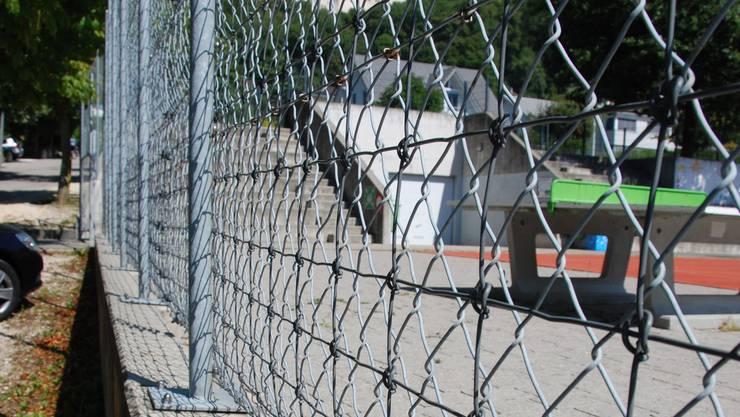 Der Spielplatz beim Schulhaus Oberdorf: Der Zaun dient übrigens nicht nur zur Abgrenzung, sondern auch als Ballfang.
