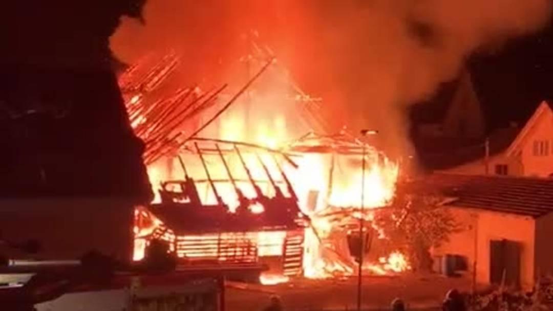 Das Gebäude stand am frühen Sonntagmorgen lichterloh in Flammen
