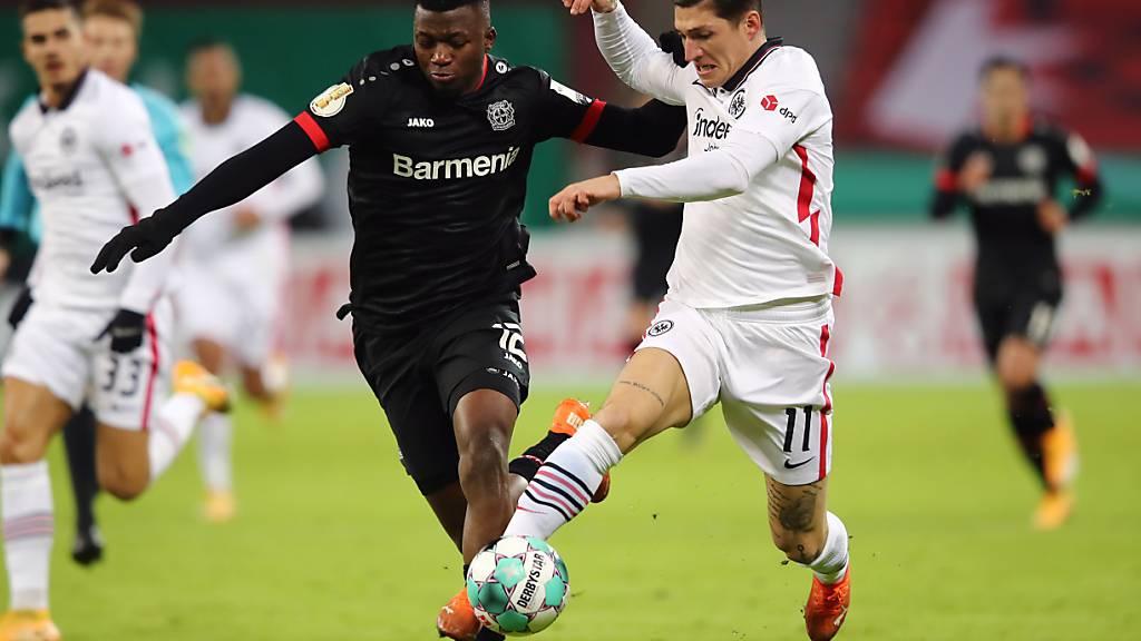 Steven Zuber (rechts) wird vom Leverkusener Verteidiger und 2:1-Torschützen Edmond Tapsoba bedrängt