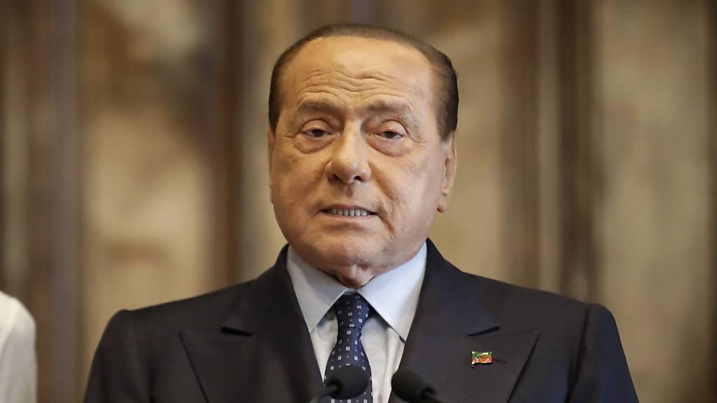 ARCHIV - Italiens Ex-Regierungschef Silvio Berlusconi spricht in Rom. Foto: Alessandra Tarantino/AP/dpa