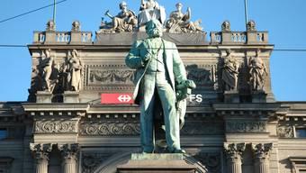Das Alfred-Escher-Denkmal vor den Zürcher Hauptbahnhof.