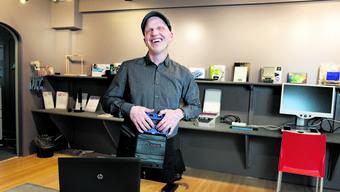 Mit der mobilen Brailletastatur kann der blinde Stefan Hofmann am Laptop lesen und schreiben.