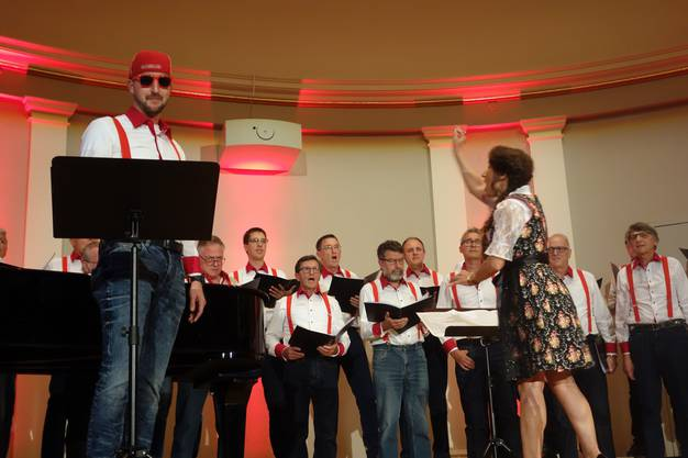 """Der Männerchor Kappel mit Dirigentin Jasmine Asatryan hatte auch den Rap """"Musigg i dä Schwiiz"""" von Bligg im Programm"""