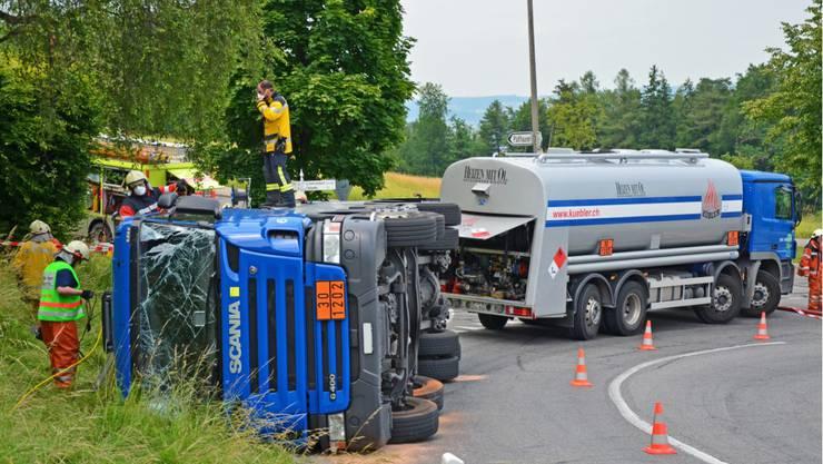 Fällanden: Tanklastwagen auf die Seite gekippt