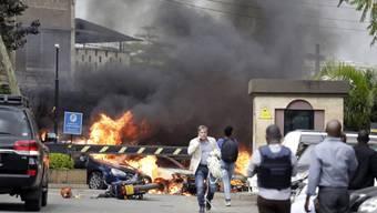 Feuer und Rauch steigt nach dem Anschlag vom Dienstag aus dem Gebäudekomplex des Hotels Dusit in Nairobi.