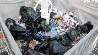 Der Müllerberg ist am wachsen – Schülerinnen und Schüler der Oberstufe Pfaffechappe befreien den Oelrain-Hang vom Abfall.