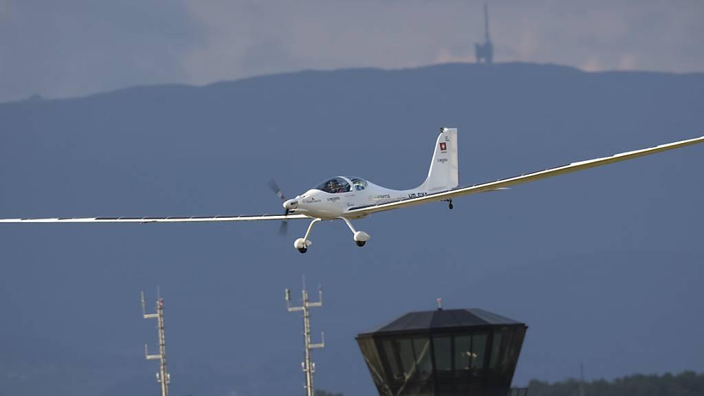 Der Schweizer Abenteurer Raphaël Domjan hat erste Alleinflüge mit dem Solarflugzeug Solarstratos gemacht.