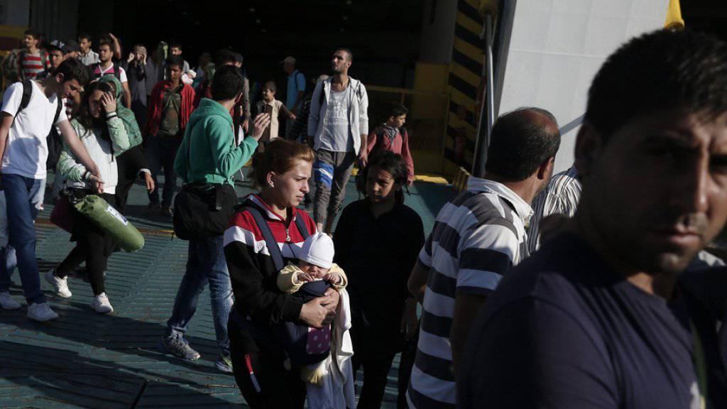 Dieser Tage kommen Tausende Flüchtlinge in Piräus an, von wo aus sie ins nahe Athen ziehen. Von dort geht ihre Reise weiter via Mazedonien nach Serbien