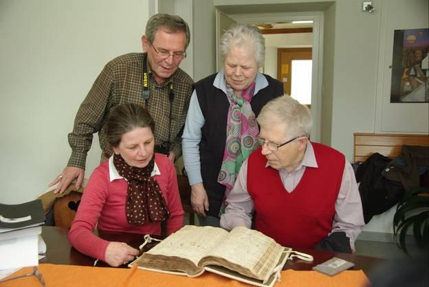 Auf der Suche nach ihren Vorfahren in Wölflinswil (von links) Ingeborg Treier-Schwarz Erich Treier Maria Milbich geborene Treier und Franz Treier.