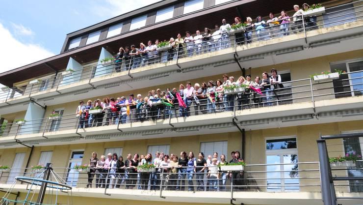 Wehmut: Die Angestellten winken zum Abschied von den Balkonen der Klinik Sonnenblick.