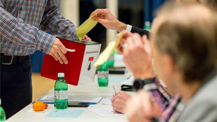 Die Wahlzettel für das neue FGPK-Mitglied werden eingesammelt. Claudio Thoma