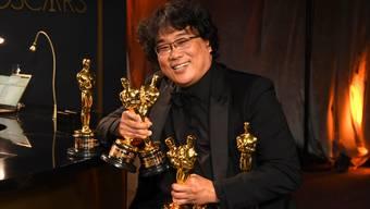Regisseur und Produzent Bong Joon Ho präsentiert die Oscars, die er mit «Parasite» abgeräumt hat.