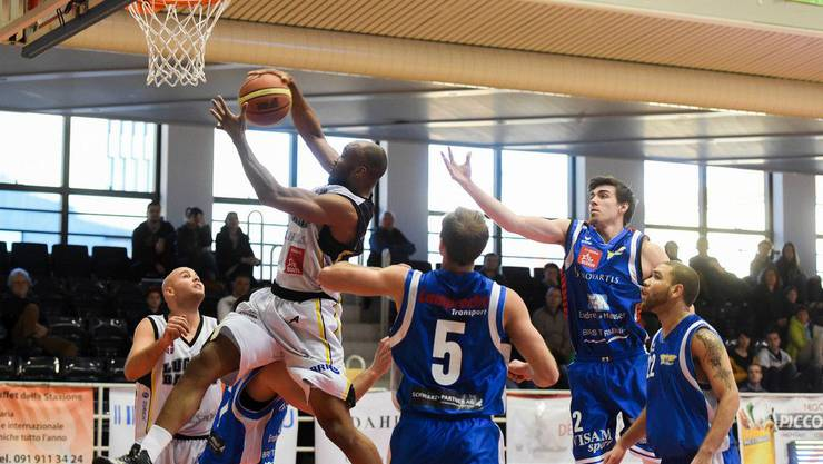 Luganos Antonio Maurice Ballard, links, beim Basketball Meisterschaftsspiel der Nationalliga A zwischen den Lugano Tigers und den Starwings.