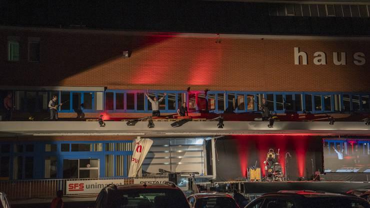 Die Show endete mit einem spektakulären Finish auf dem Vordach der Pestalozzi-Lagerhalle.