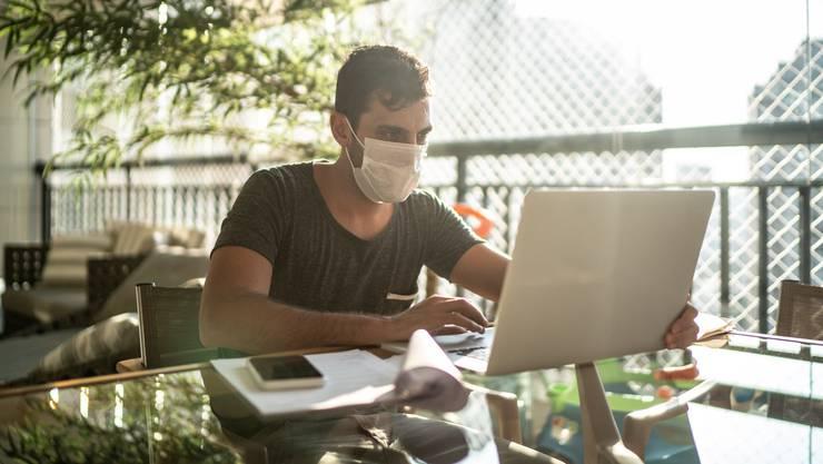 Nicht nur Masken sind in der Coronakrise ein beliebtes Gut: Auch Internetadressen mit Bezug zu Covid-19 erfreuen sich grosser Beliebtheit.
