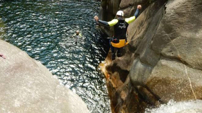 Für ganz Mutige: Der Sprung über den Felsen im Val Malvaglia im Canyoning-Paradies bei Biasca. Foto: ho