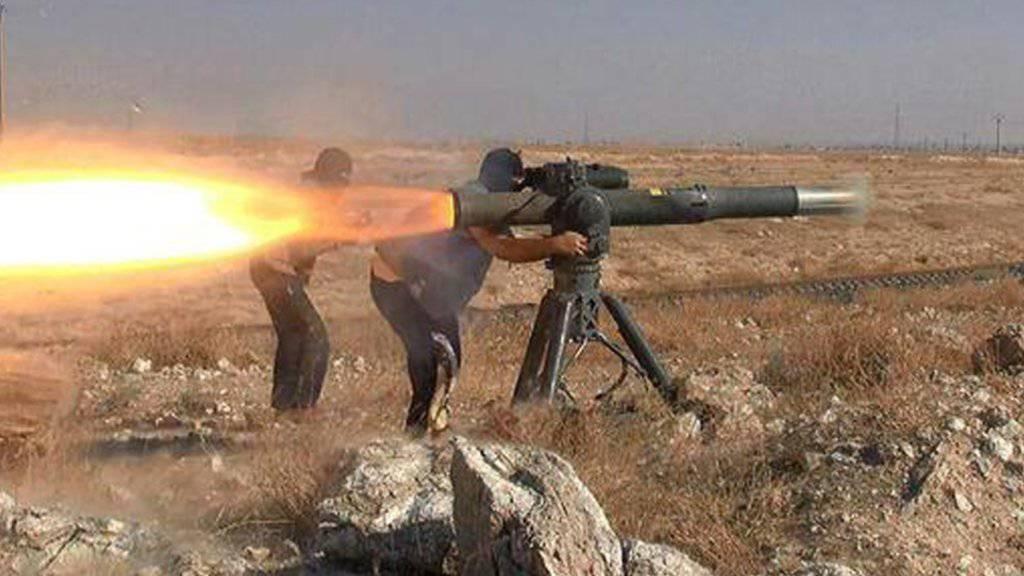 IS-Kämpfer feuern eine Panzerabwehrraketen ab - die Terrormiliz hat im Irak Zugang zu einem grossen Waffenarsenal. (Symbolbild)
